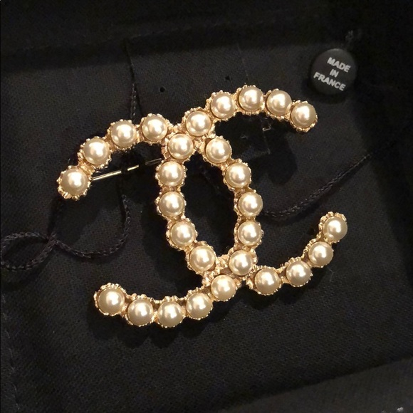 d4cb5d8ba38 AUTH. 2018 CHANEL CC Logo Gold Pearls Pin Brooch